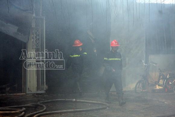 Xảy cháy lớn tại một kho hàng gần trung tâm Hà Nội ảnh 13
