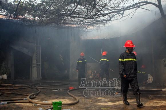 Xảy cháy lớn tại một kho hàng gần trung tâm Hà Nội ảnh 14