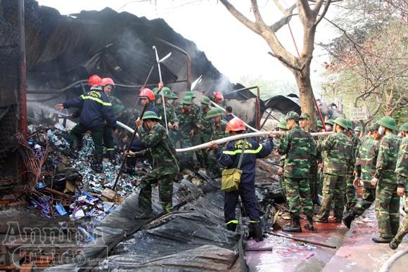 Xảy cháy lớn tại một kho hàng gần trung tâm Hà Nội ảnh 23