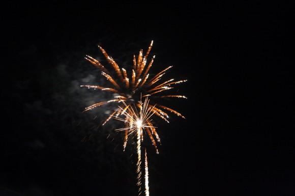 Rộn ràng niềm vui trong ánh sáng rực rỡ của pháo hoa đêm giao thừa ảnh 10
