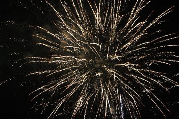 Rộn ràng niềm vui trong ánh sáng rực rỡ của pháo hoa đêm giao thừa ảnh 6