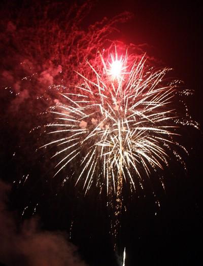 Rộn ràng niềm vui trong ánh sáng rực rỡ của pháo hoa đêm giao thừa ảnh 8