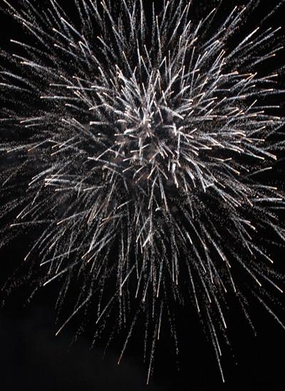 Rộn ràng niềm vui trong ánh sáng rực rỡ của pháo hoa đêm giao thừa ảnh 7