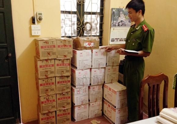 Thu giữ hàng trăm lít phụ gia thực phẩm từ Trung Quốc tuồn về Hà Nội ảnh 1