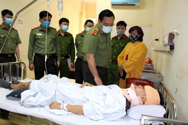Giám đốc Công an Hà Nội thăm, động viên chiến sỹ bị thương trong khi làm nhiệm vụ ảnh 1