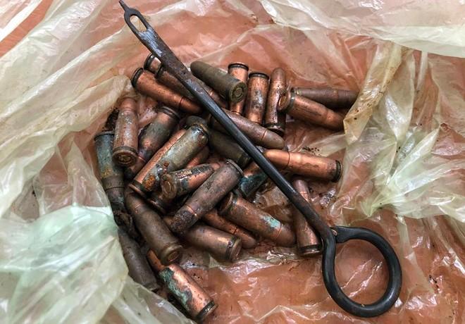 Một người dân giao nộp 2 khẩu súng K54 cùng nhiều đạn và hộp tiếp đạn ảnh 3