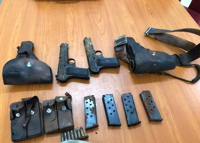 Một người dân giao nộp 2 khẩu súng K54 cùng nhiều đạn và hộp tiếp đạn ảnh 2