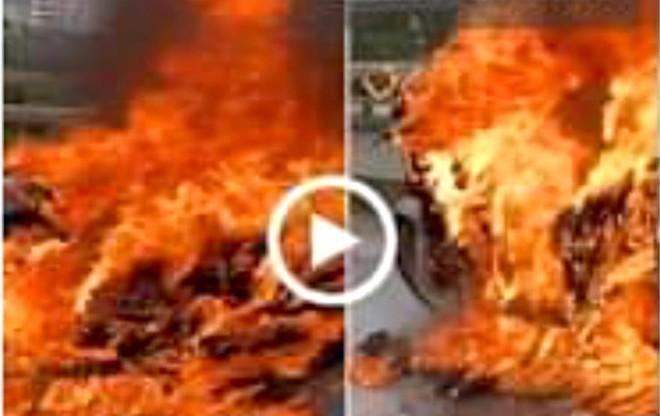 Xe máy SH cháy trơ khung trên cầu Nhật Tân ảnh 1