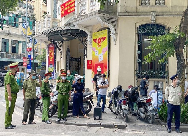 Quận Hoàn Kiếm, Hà Nội: Ba ngày xử phạt hơn 100 trường hợp không đeo khẩu trang ảnh 1