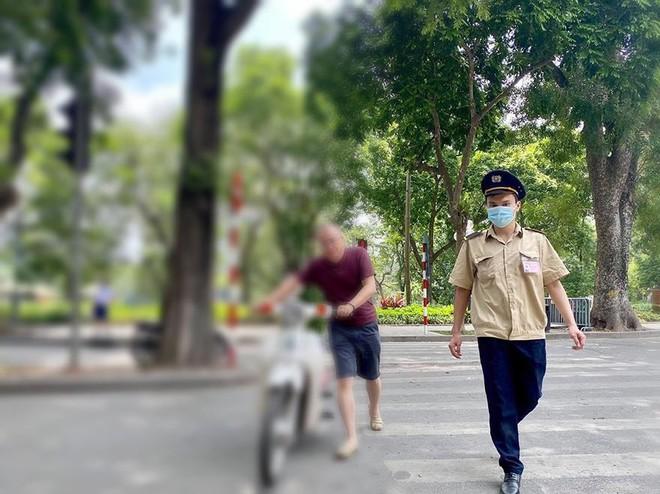 Ba người nước ngoài bị xử phạt vì không đeo khẩu trang nơi công cộng ảnh 2