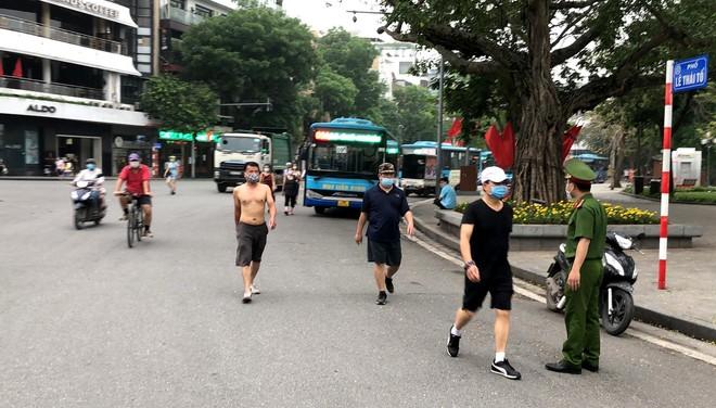 CAQ Hoàn Kiếm tăng cường lực lượng nhắc nhở người dân tạm dừng tập thể dục quanh hồ Gươm ảnh 1