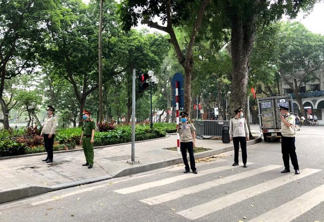 CAQ Hoàn Kiếm tăng cường lực lượng nhắc nhở người dân tạm dừng tập thể dục quanh hồ Gươm ảnh 3