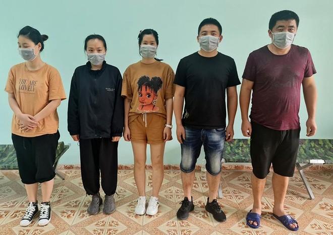Phát hiện 5 người Trung Quốc nhập cảnh trái phép vào Việt Nam trên chiếc xe dừng đỗ ven đường ảnh 1