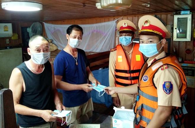 Công an Hà Nội đẩy mạnh tuyên truyền phòng, chống dịch Covid-19 trên các tuyến sông ảnh 2