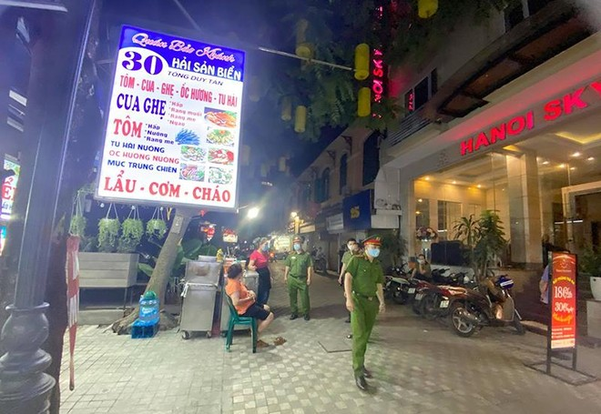 Kiểm tra xử lý các cơ sở kinh doanh ở phố cổ vi phạm phòng chống dịch Covid-19 ảnh 4