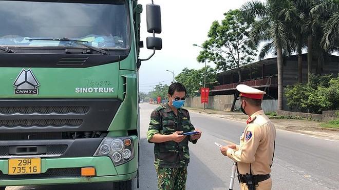 """Hà Nội: """"Trảm"""" xe quá tải trên Quốc lộ 6 và đường Hồ Chí Minh ảnh 1"""