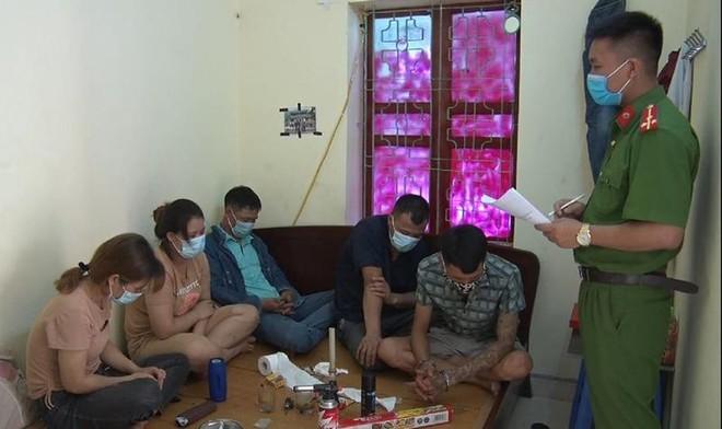 Bắt quả tang nhóm đối tượng tổ chức sử dụng trái phép chất ma túy. ảnh 1