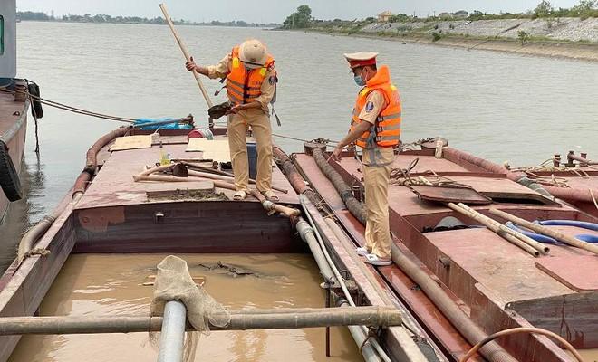 Bắt quả tang 4 thuyền sắt khai thác cát trái phép trên sông Đáy ảnh 1