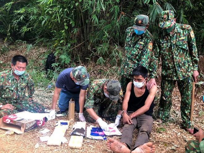 Một người Lào vượt biên trái phép vào Việt Nam cùng 38.000 viên ma túy ảnh 1