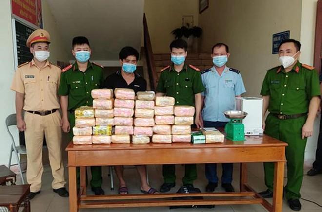 Bắt đối tượng vận chuyển trái phép hơn 30 kg ma túy tổng hợp và 12.000 viên hồng phiến ảnh 1