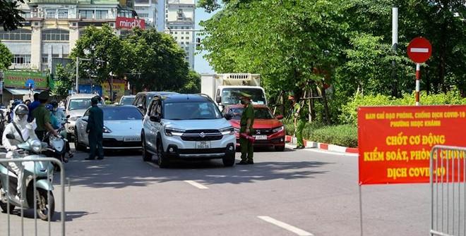 Quận Ba Đình lập 30 chốt trên các tuyến đường, phố kiểm soát người ra đường không lý do ảnh 1
