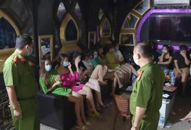 Chủ quán cùng 30 khách hát karaoke bị phạt 75 triệu đồng và buộc cách ly y tế tại chỗ ảnh 1