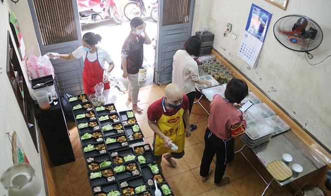 Ấm tình những bếp ăn tiếp sức cho lực lượng kiểm soát phòng, chống dịch Covid-19 ảnh 2