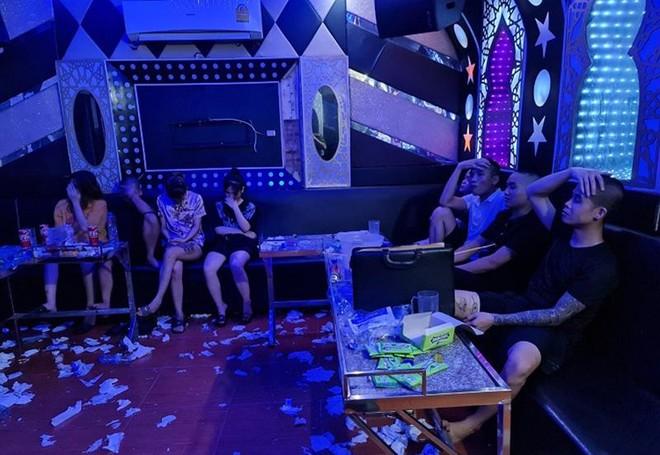 Rượu say, chủ quán karaoke 'mời' khách vào hát và sử dụng ma tuý ảnh 1