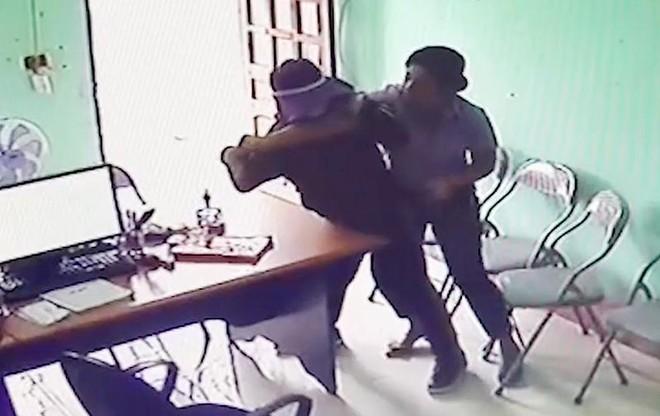 Nhân viên quỹ tín dụng bất ngờ bị đối tượng nữ dùng dao khống chế cướp tiền ảnh 1