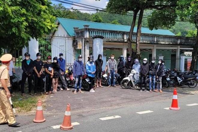 Ngăn chặn hàng chục thanh thiếu niên bốc đầu xe máy, vượt chốt kiểm dịch lên Tam Đảo ảnh 1
