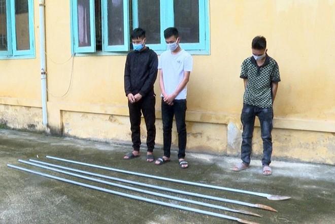 Xử phạt nhóm đối tượng mang hung khí 'diễu phố' rồi đăng tải lên facebook ảnh 1