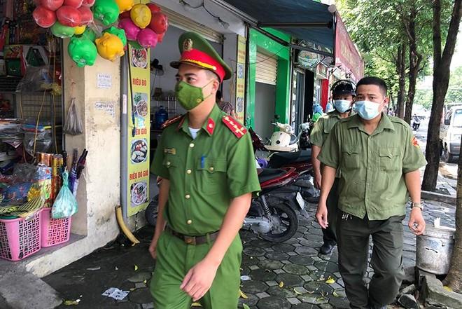 Hà Nội: Nhiều hàng quán bán đồ ăn, phục vụ uống cafe tại chỗ cho các 'thượng đế' ảnh 9