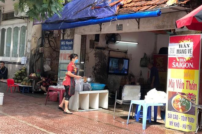 Hà Nội: Nhiều hàng quán bán đồ ăn, phục vụ uống cafe tại chỗ cho các 'thượng đế' ảnh 1
