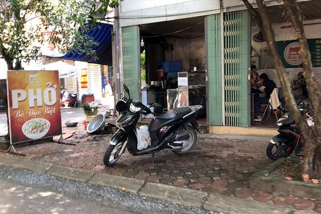 Hà Nội: Nhiều hàng quán bán đồ ăn, phục vụ uống cafe tại chỗ cho các 'thượng đế' ảnh 7