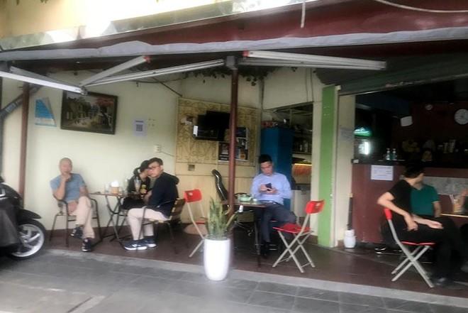 Người dân Hà Nội đến hàng ăn, quán trà đá vỉa hè giải toả 'cơn khát' ảnh 2