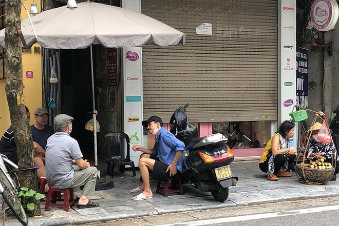 Người dân Hà Nội đến hàng ăn, quán trà đá vỉa hè giải toả 'cơn khát' ảnh 1