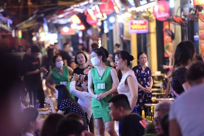 Phố đi bộ hoạt động trở lại sau dịch, người dân hào hứng trở về trạng thái bình thường ảnh 3