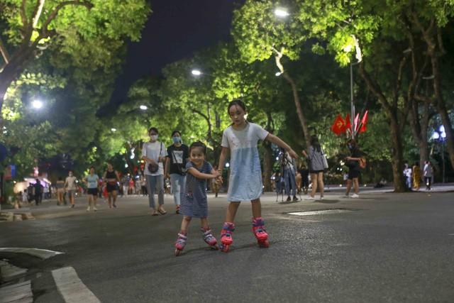 Phố đi bộ hoạt động trở lại sau dịch, người dân hào hứng trở về trạng thái bình thường ảnh 4