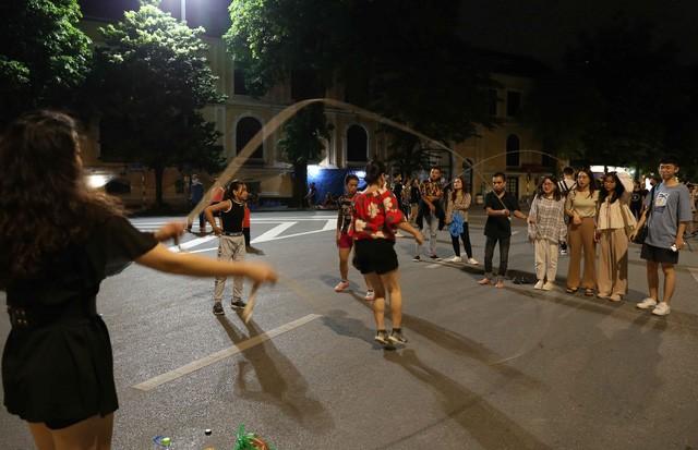 Phố đi bộ hoạt động trở lại sau dịch, người dân hào hứng trở về trạng thái bình thường ảnh 5