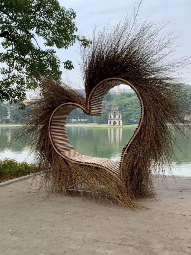 """Nguồn gốc """"trái tim kỳ dị"""" xuất hiện ở hồ Gươm ảnh 1"""