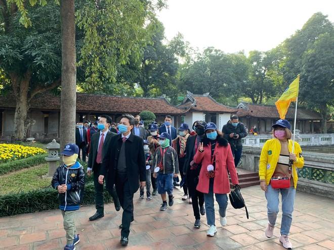 Hà Nội chào đón những du khách đầu tiên trong năm 2021 ảnh 1