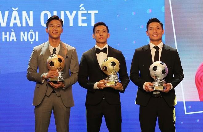 Vượt qua 2 hậu vệ Viettel, Văn Quyết giành Quả bóng Vàng 2020 ảnh 1