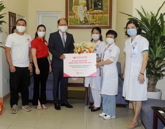 Hàn Quốc đồng hành cùng Việt Nam, tiếp sức y bác sĩ và nhân viên y tế tuyến đầu chống dịch ảnh 1