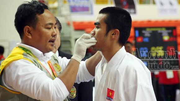 Võ sỹ Phi Tuấn đổ máu miệng, rách mặt vẫn kiên cường thi đấu ảnh 2