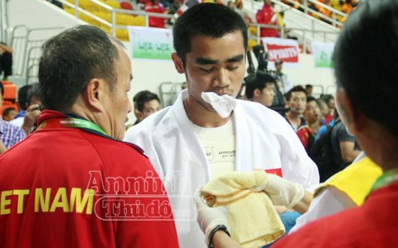 Võ sỹ Phi Tuấn đổ máu miệng, rách mặt vẫn kiên cường thi đấu ảnh 7