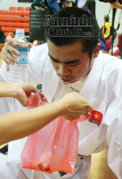 Võ sỹ Phi Tuấn đổ máu miệng, rách mặt vẫn kiên cường thi đấu ảnh 9