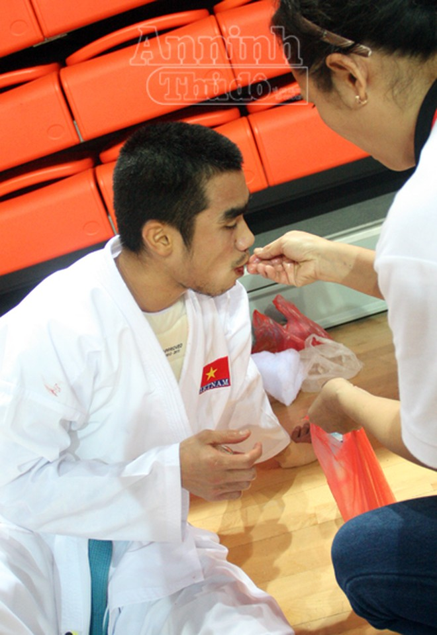 Võ sỹ Phi Tuấn đổ máu miệng, rách mặt vẫn kiên cường thi đấu ảnh 10
