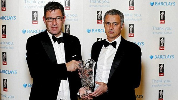 """""""Phù thủy"""" Mourinho tính lên bàn mổ sau khi được vinh danh ảnh 1"""