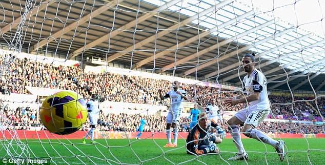 """Sao Swansea City bị cảnh sát """"sờ gáy"""" vì dùng gạch tấn công đồng đội ảnh 2"""