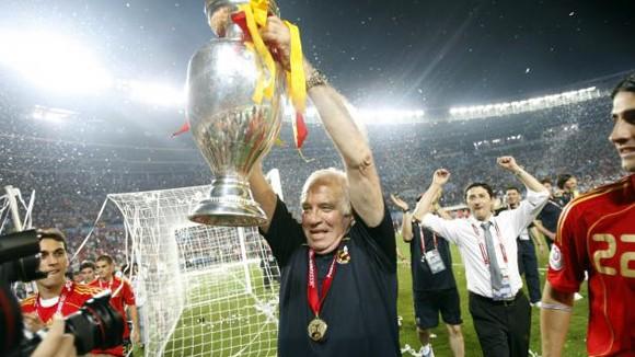 Cầu thủ Tây Ban Nha vĩnh biệt người thầy quá cố Luis Aragones ảnh 1